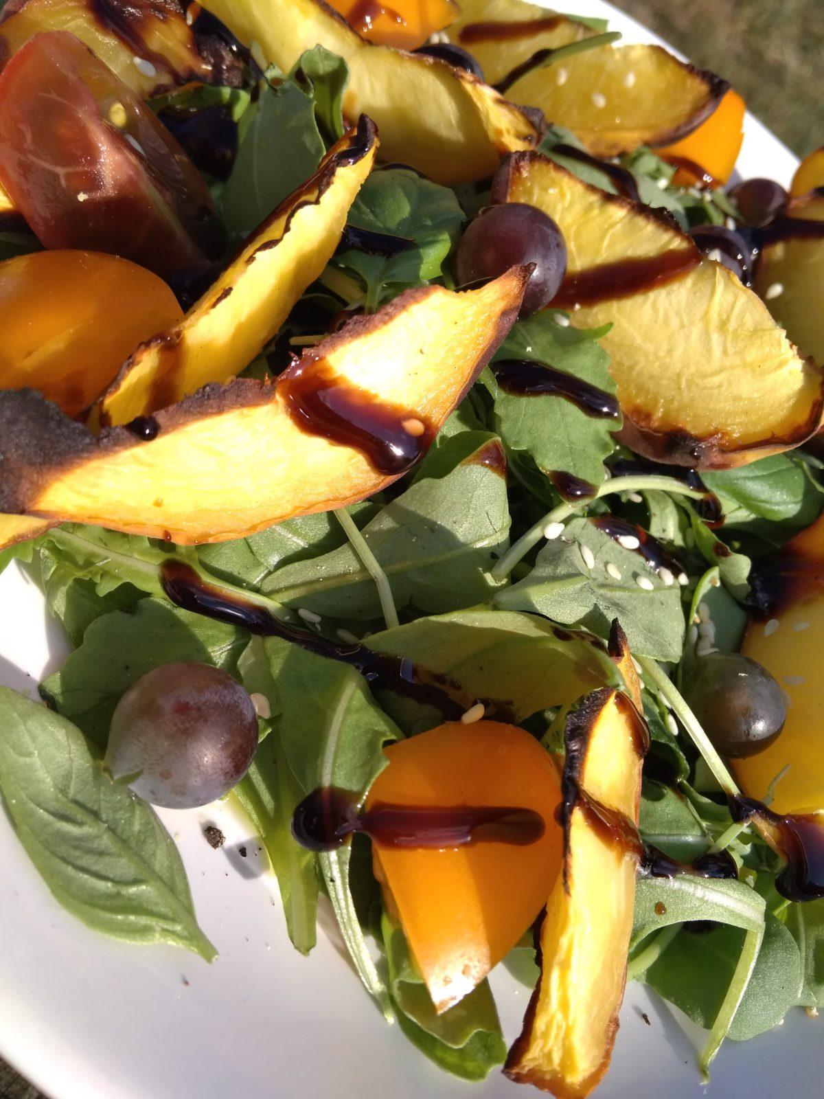 Sałatka z grillowaną brzoskwinią