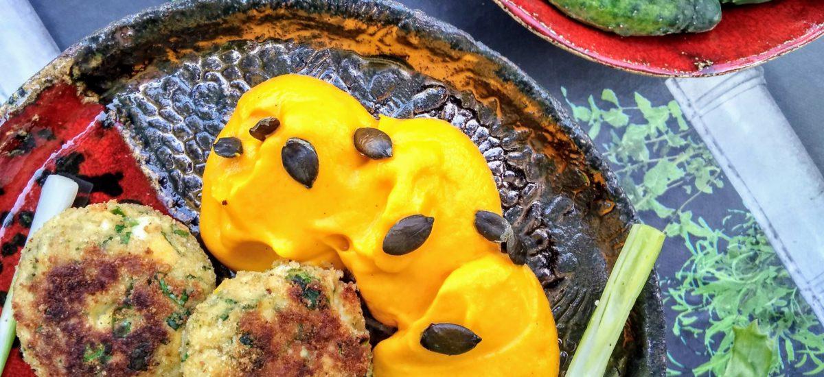 Kotleciki jajeczne, puree z marchwi & sałata